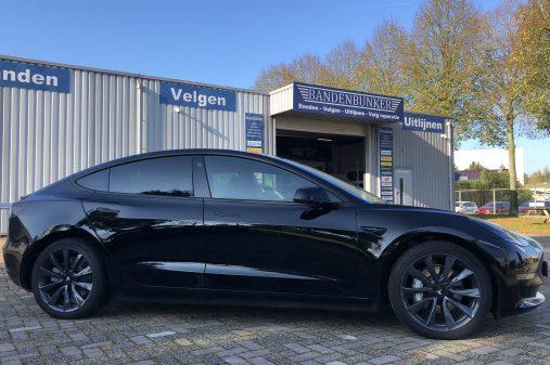 Tesla Model 3, velgen gespoten in Sonic Carbon Grey Glans. (2)