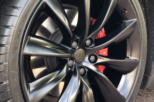 Tesla Model X satijnzwart zonder stoeprandschade.